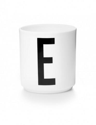 Kubek z literą E