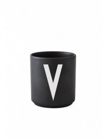 Kubek z literą Arne Jacobsen. Victoria zwycięstwo