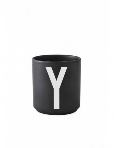 Kubek z literą Design Letters. Kubek porcelanowy czarny z literą
