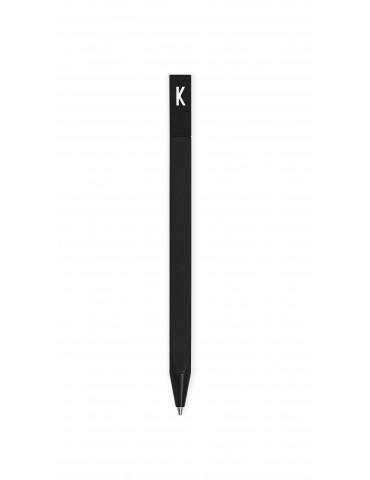 Czarny długopis z literą